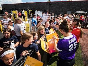 Wiggins signing autographs